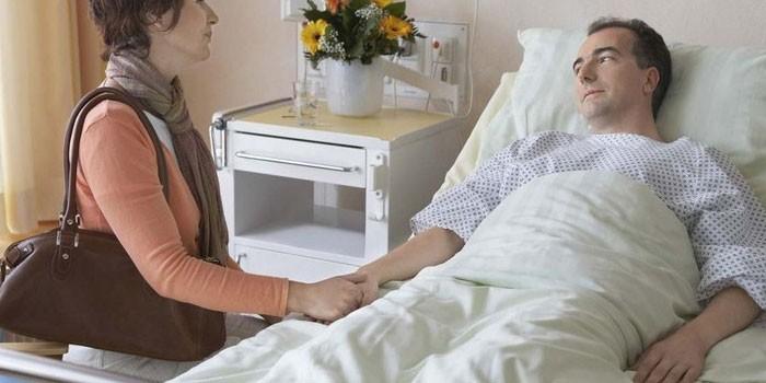 Женщина у постели больного