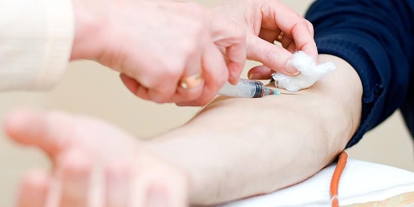 Пациенту берут кровь из вены на анализ