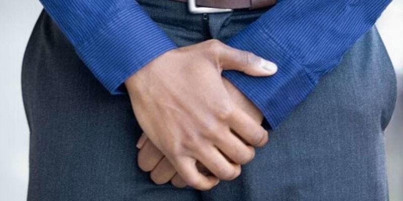 Мужчина держит руки спереди