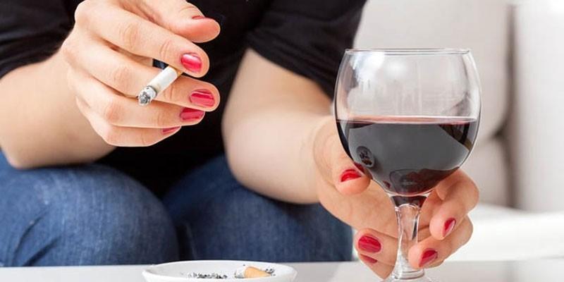 Женщина с сигаретой и бокалом вина