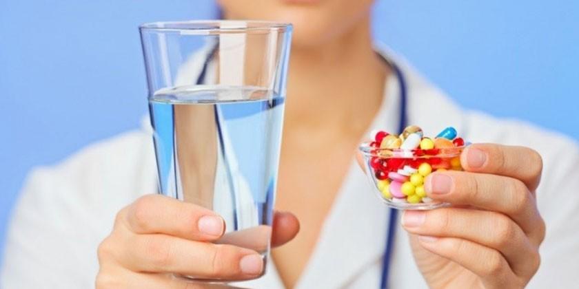 Стакан воды и лекарства