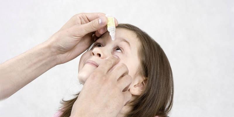 Ребенку закапывают глаз