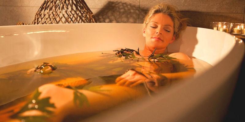 Девушка в травяной ванне
