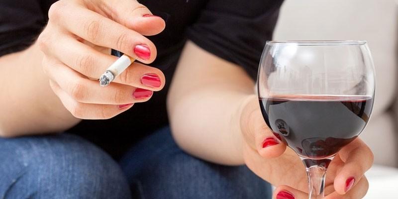 Девушка курит и пьет вино