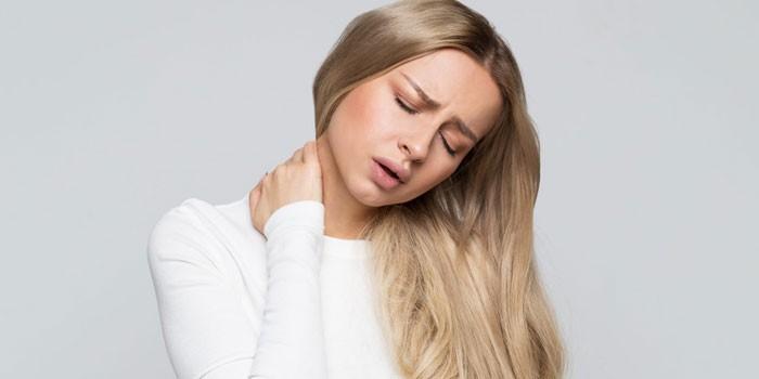 У девушки боли в шее