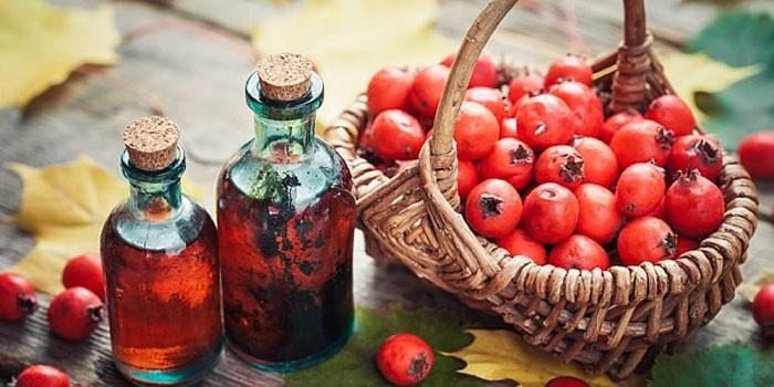 Настойка и ягоды боярышника