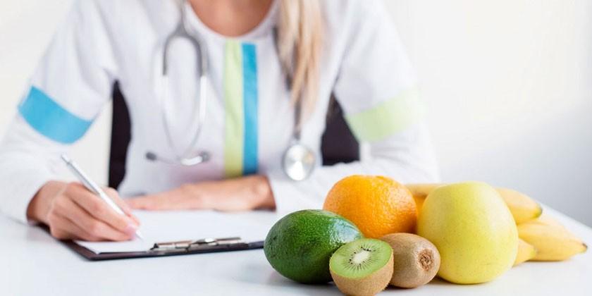 Медик и свежие фрукты