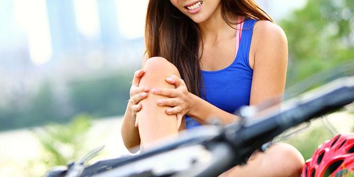 Девушка держится за колено