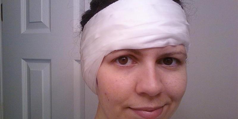 Женщина с повязкой на голове