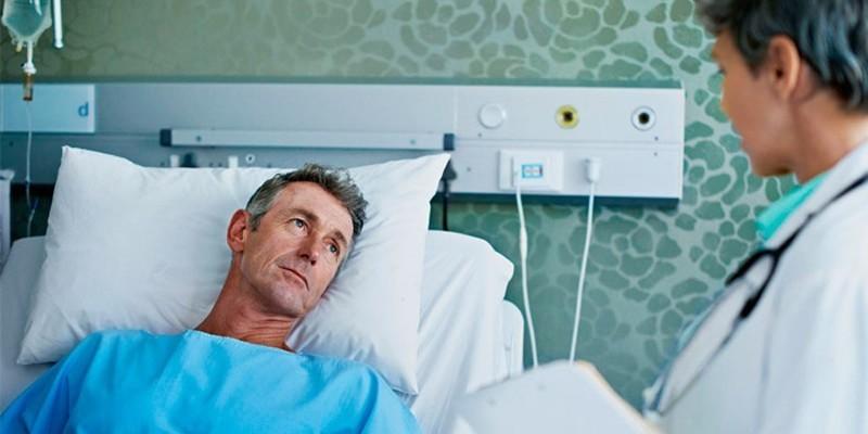 Врач и пациент в больничной палате