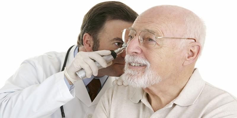 Отоларинголог осматривает ухо пациента