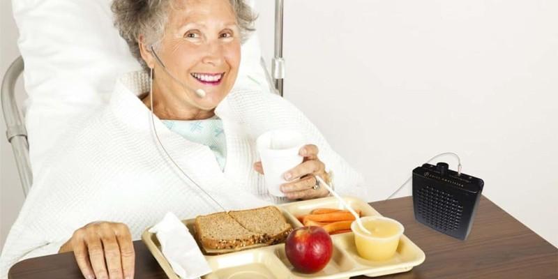 Женщина завтракает в больничной палате
