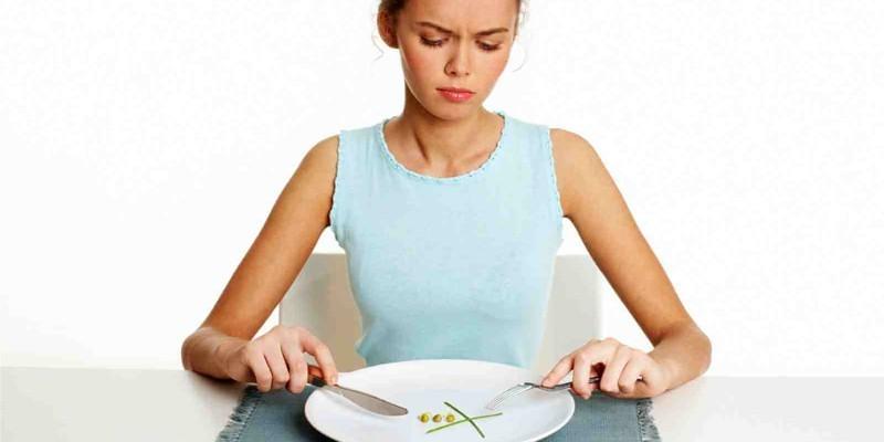 Девушка ограничивает себя в еде