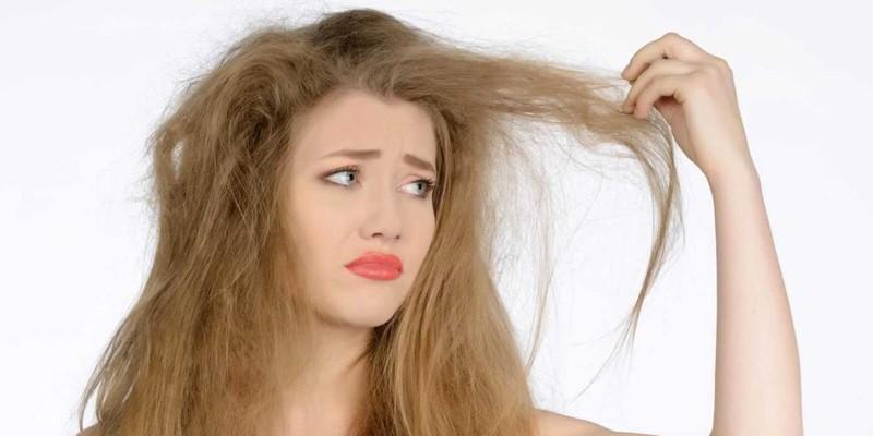 Девушка рассматривает волосы