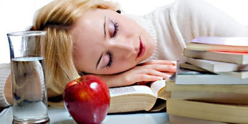 Девушка спит на книжках