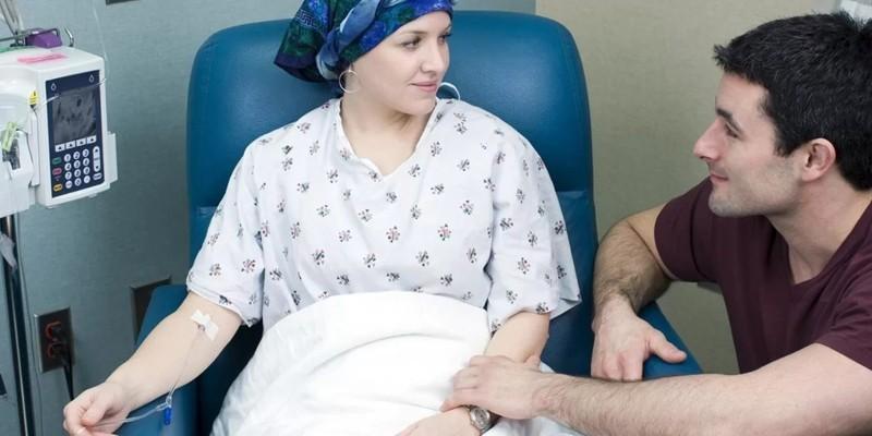 Женщине проводят химиотерапию