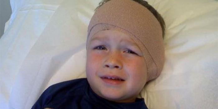 Ребенок с повязкой на ухе