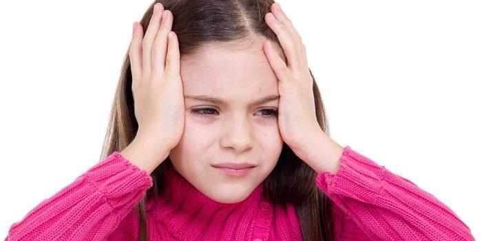 Девочка приложила руки к голове