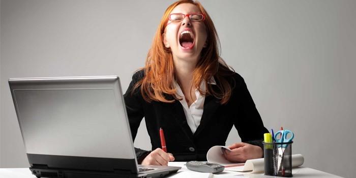Женщина кричит на рабочем месте