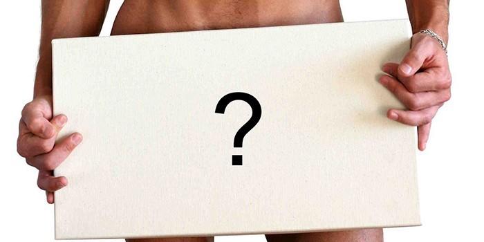 Человек держит табличку с вопросительным знаком