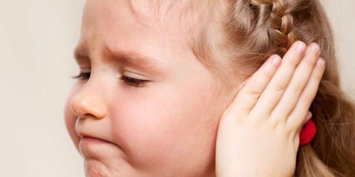 У девочки болят уши