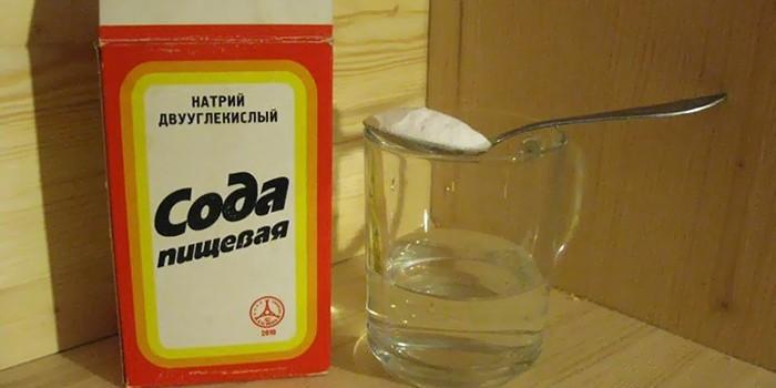 Сода и чашка с водой