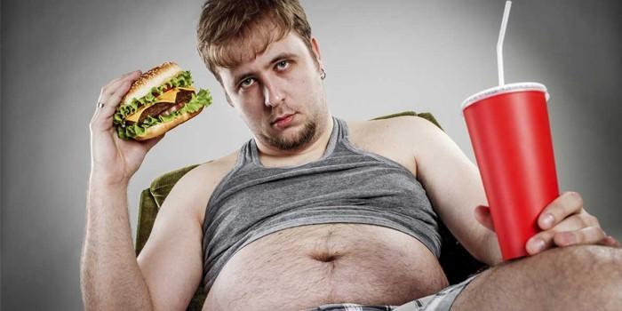 Мужчина с гамбургером