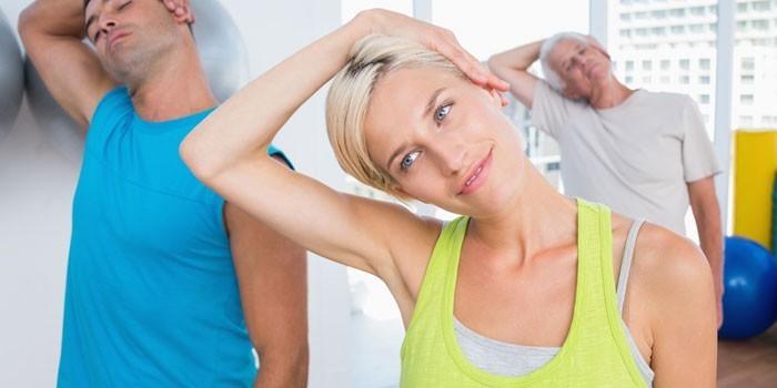 Люди выполняют упражнение