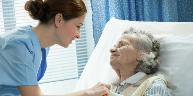 Пожилая пациентка и медсестра