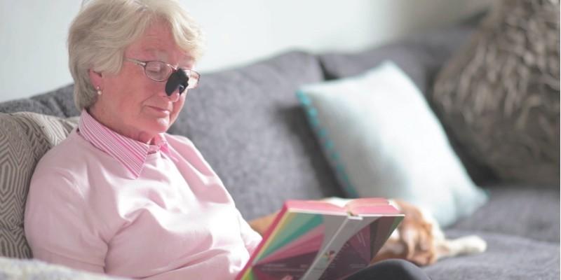 Пожилая дама читает