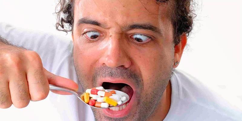 Мужчина принимает лекарственные препараты