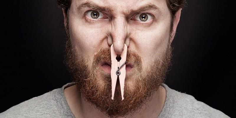 Человек с прищепкой на носу