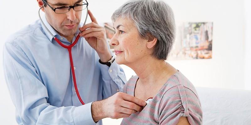 Медик осматривает пациентку