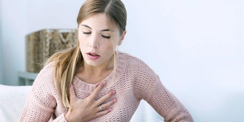 У девушки трудности с дыханием