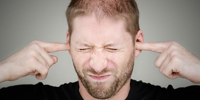 Парень заткнул уши