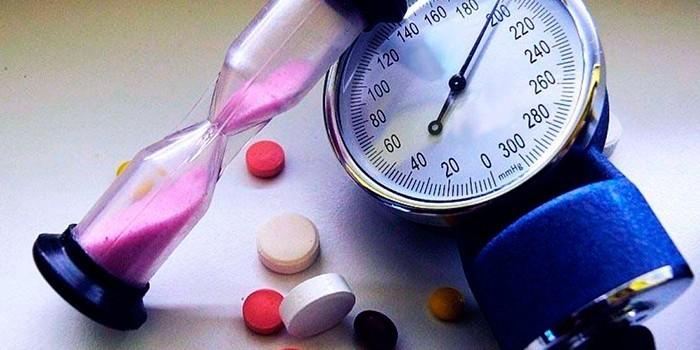 Тонометр, песочные часы и лекарства