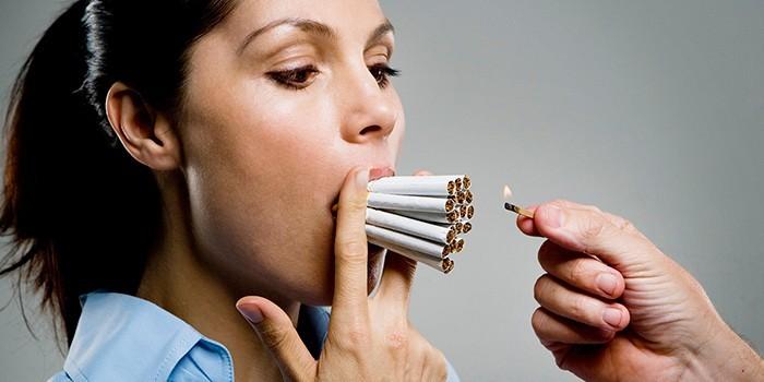 Девушка с сигаретами во рту