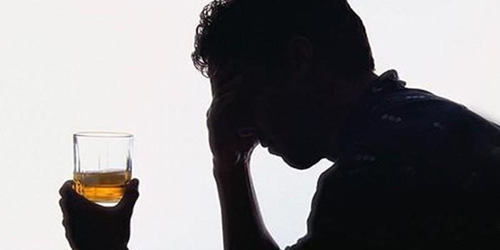 Мужчина со стаканом спиртного