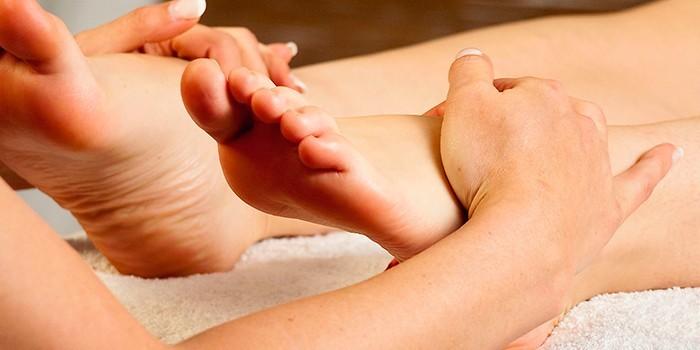 Человеку делают массаж стоп