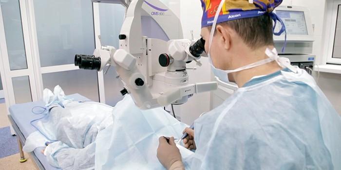 Медик проводит операцию