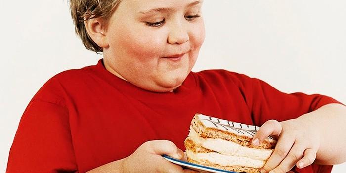 Ребенок ест пирожное