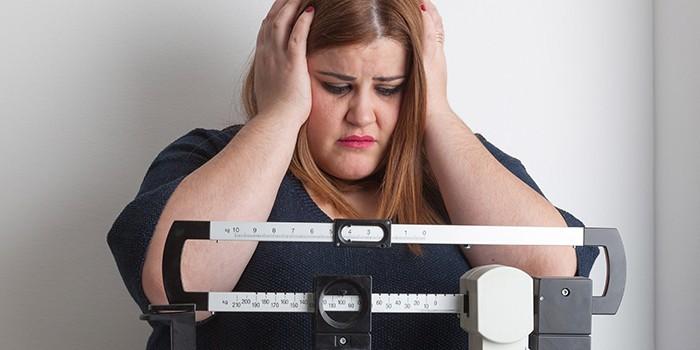 Полная девушка на весах