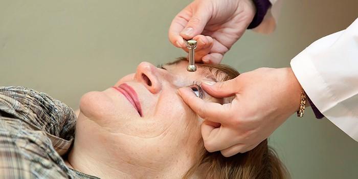 Медик измеряет глазное давление пациентке