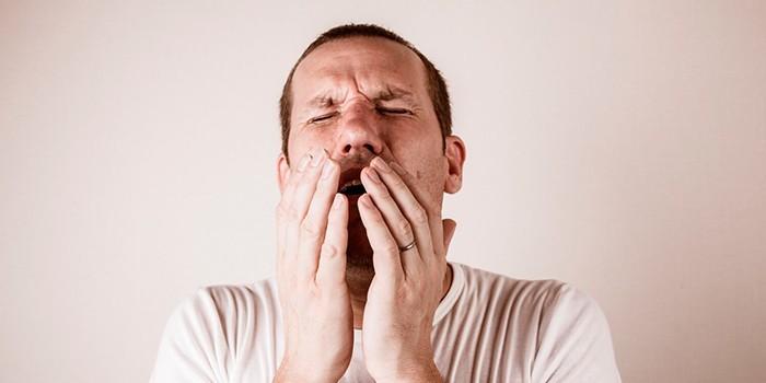 Мужчина чихает