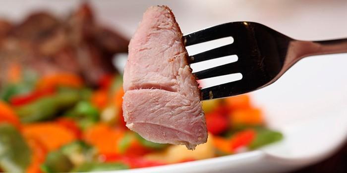 Кусочек мяса на вилке