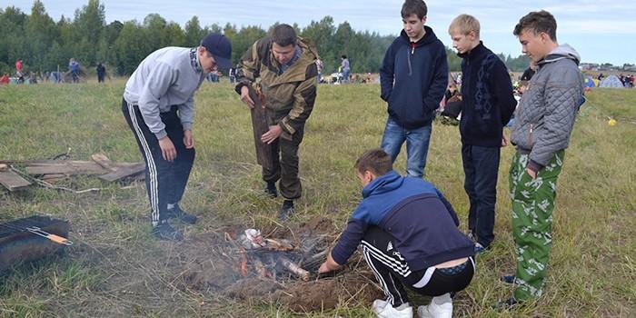 Подростки разжигают костер