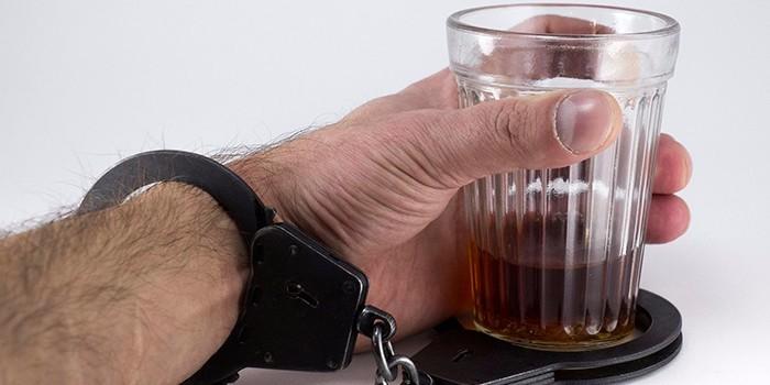 Рука прикованная к стакану