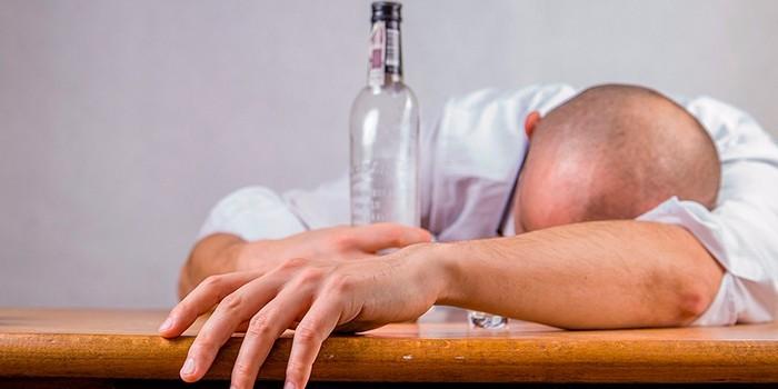 Мужчина и бутылка