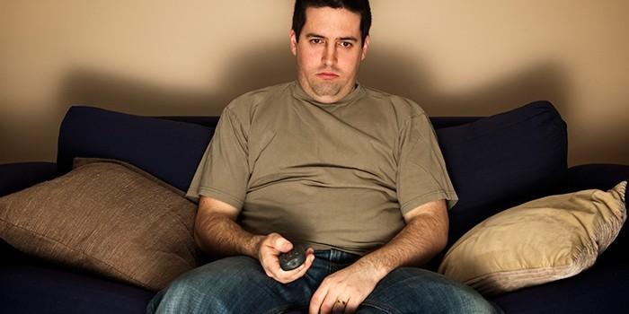 Мужчина сидит на диване