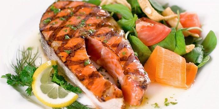 Стейк из рыбы и овощи